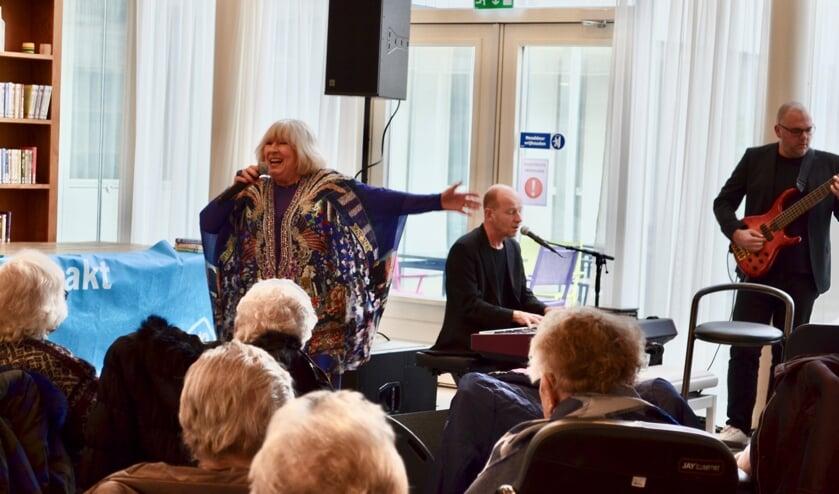 Willeke Alberti kwam voor de gelegenheid optreden en zong het haar mooiste liedjes, live met een vierkoppige band.