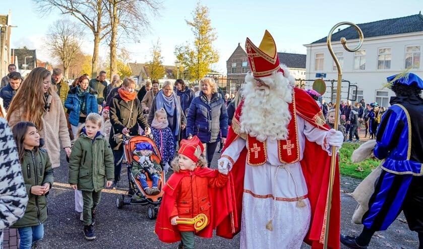 Sint ging hand-in-hand met een van de kleine hulpsinterklazen lopend naar het Dorpshuis.