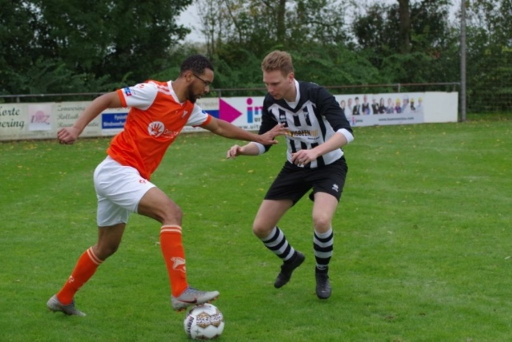 Fabionson Wiel (l) in duel met Jeroen Roijers.  © GGOF.nl