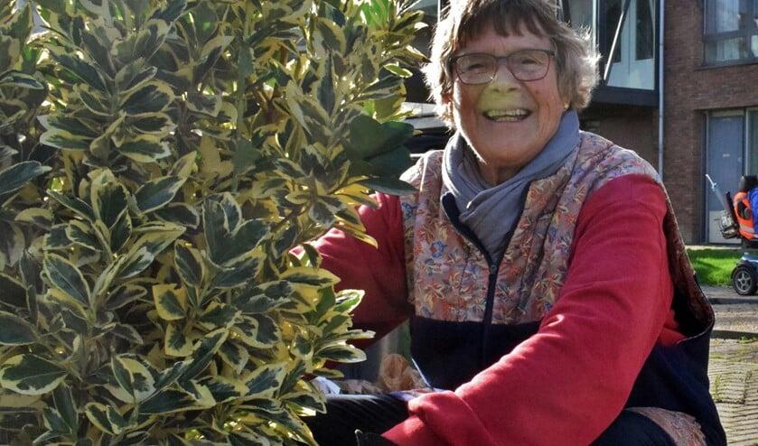 Irene Wiersma gesnapt tijdens het werken in het groen