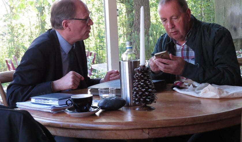 Er waren aanbieders die de bevindingen van taxateur Arie Molendijk (links) ter plaatse verifieerden op de mobiele telefoon. (Foto: MMV)