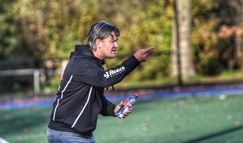 De gedreven coach Harry van den Brink wil de ambitieuze hockeyvrouwen van Spijkenisse naar de tweede klasse loodsen. Foto Peter de Jong.