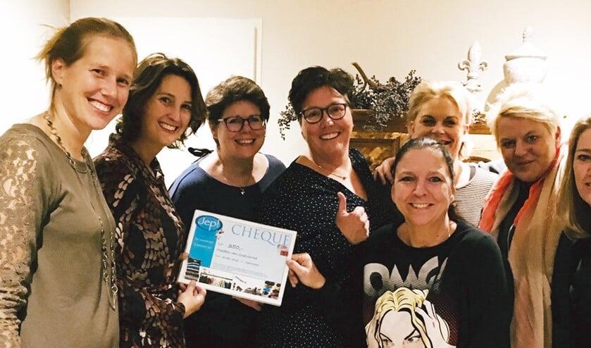 De Moeders van Oostvoorne zijn super blij met de cheque!