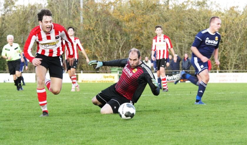 Rowan Breen passeert SNS- doelman Van Asperen, de bal zou uiteindelijk over de achterlijn gaan.