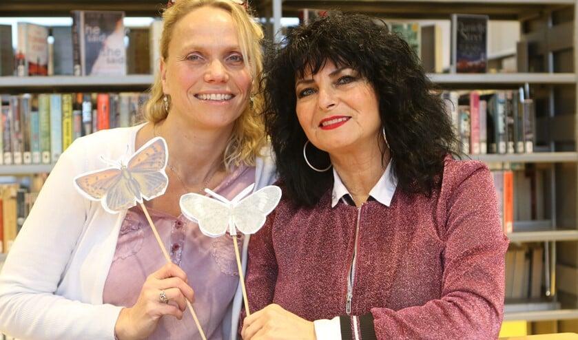 Samantha Harteveld van De Lichte Wereld en Cris Vaudo coördinator kunst en cultuur Bibliotheek Zuid-Hollandse Delta.