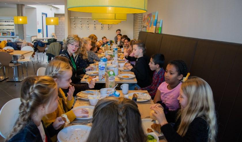 De burgemeester heeft de klas uitgenodigd om te komen eten in het gemeentehuis.  Foto: Sam Fish