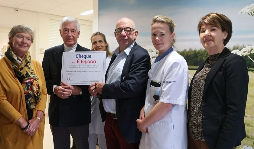 Paul van der Velden en urologen ontvangen cheque van Stichting Vrienden van Ziekenhuis Dirksland