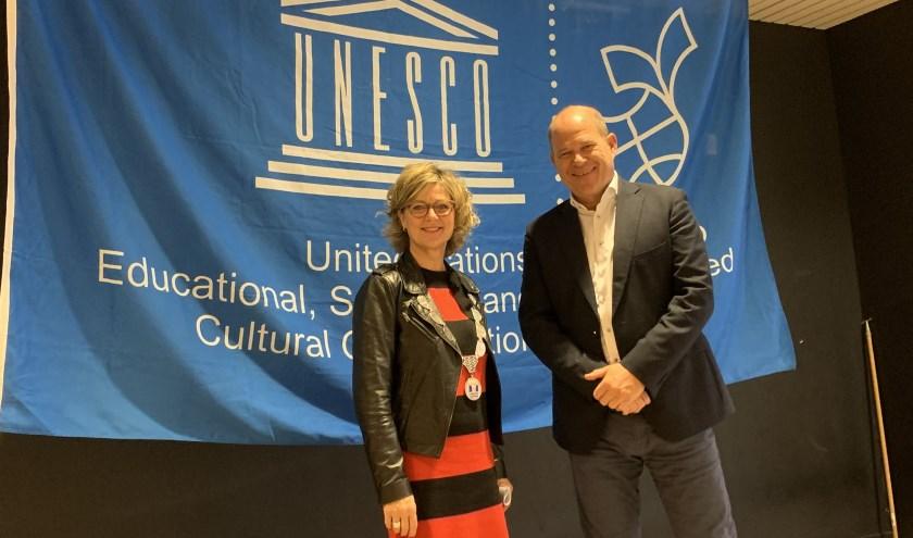 De mensenrechtendag geopend door ontvouwen Unesco-vlag door burgemeester Grootenboer en RGO-rector Arie Cové.