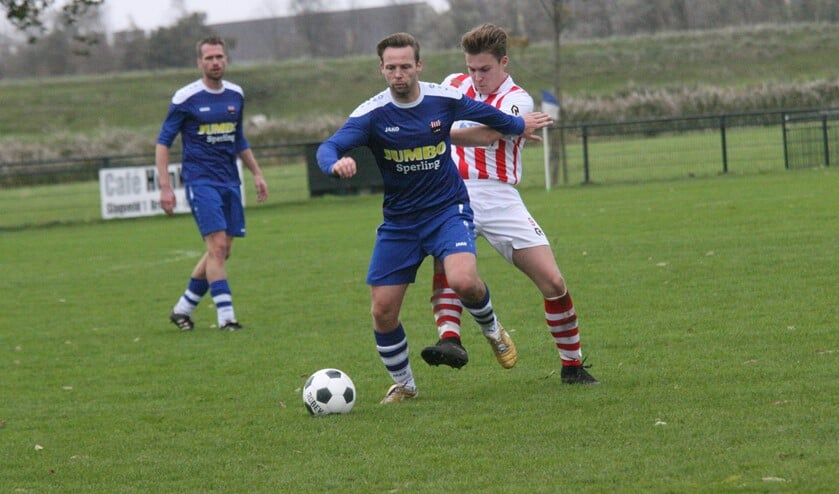 Gijsbert van Estrik wordt hier op de huid gezeten door een speler van Zwartewaal. WFB bleef eenvoudig op de been (Foto Wil van Balen).