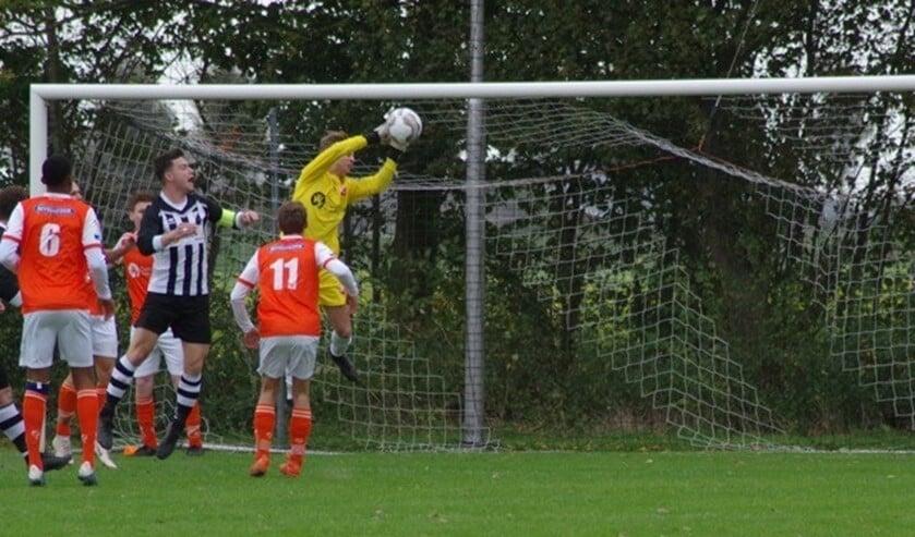 Bonno Brandwijk pakt de bal voordat Jasper van der Welle binnen kan koppen.