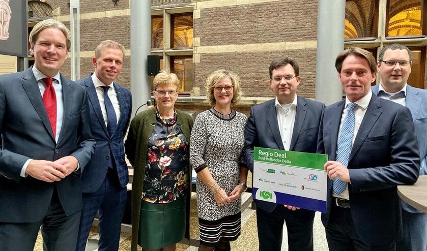 Geurts complimenteerde de zes gemeenten met deze belangrijke stap in de samenwerking en nam het document met veel interesse aan.