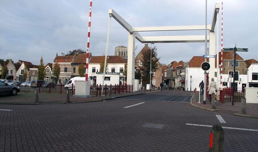 Na het eenrichting worden van de Kaaistraat en het Scharloo wordt het kruispunt bij de brug heringericht.