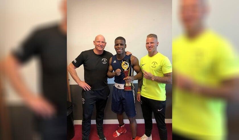 Isjandro de los Santos (midden)  prolongeerde zijn titel 'bokskampioen van Zuid-Nederland' in Breda.