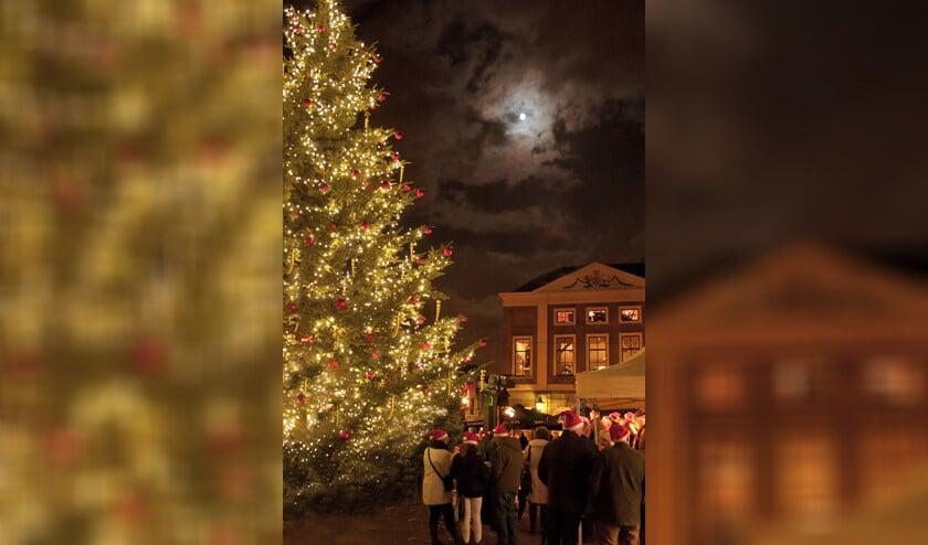 Het blijft een mooi gezicht, de verlichte boom op de Markt in Brielle!