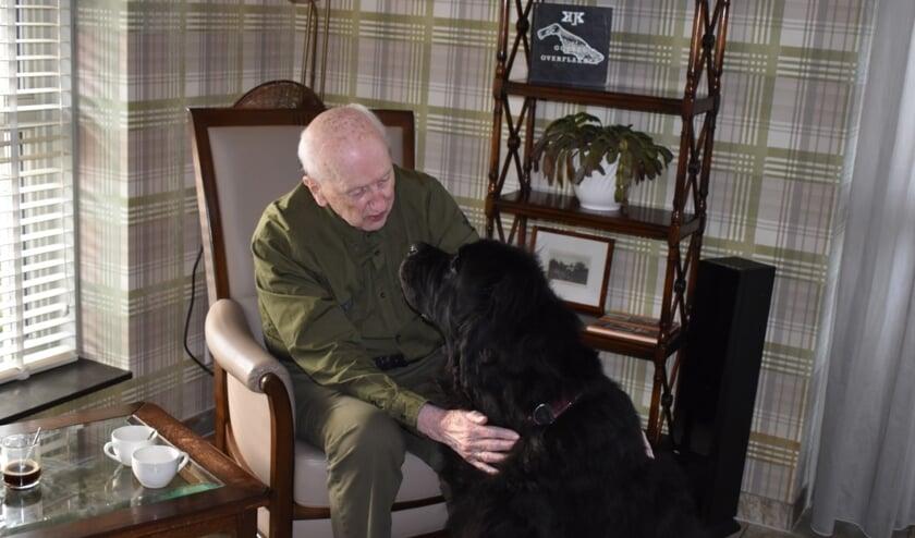 Newfoundlander Uri is een van de bezoekhonden die graag bij de ouderen langs komt en een goed 'gesprek' met hen aan gaat