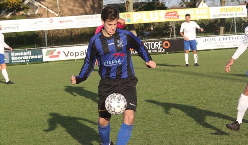 Het lukte Douwe Zijlstra ook niet om te scoren voor Vierpolders in de thuiswedstrijd tegen VDL. (Foto: Wil van Balen).