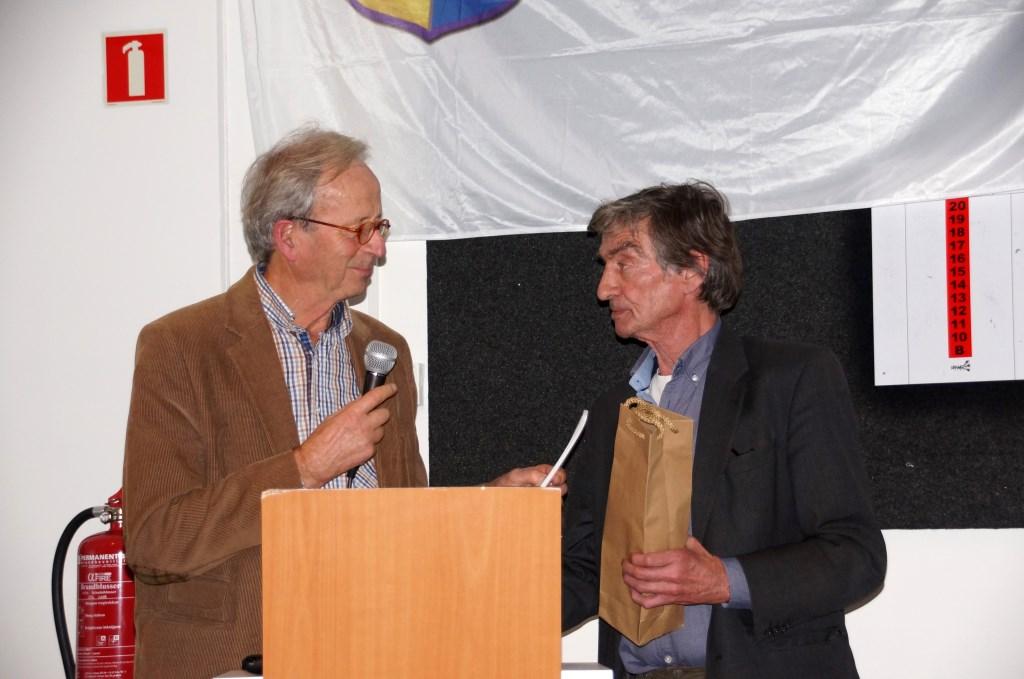 Hein Mijs geeft Thomas Ross een exemplaar en een drankje voor zijn bijdrage (Foto: Maria Evers) Foto: Maria Evers © GGOF.nl