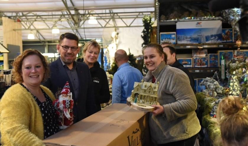 Carina van Dam kreeg de prijs uitgereikt van burgemeester Bouke Arends.