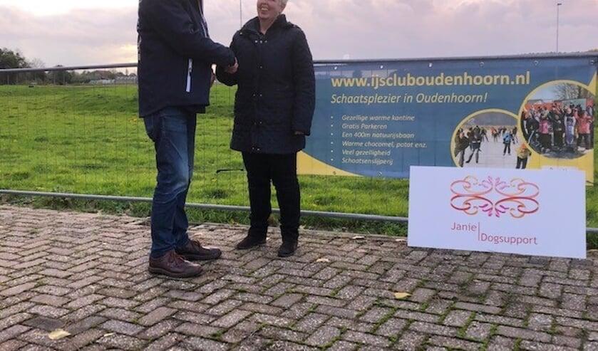 Kees van der Bie, voorzitter IJsclub Nooitgedacht Oudenhoorn en  Janie Meiburg, eigenaar Janie Dogsupport