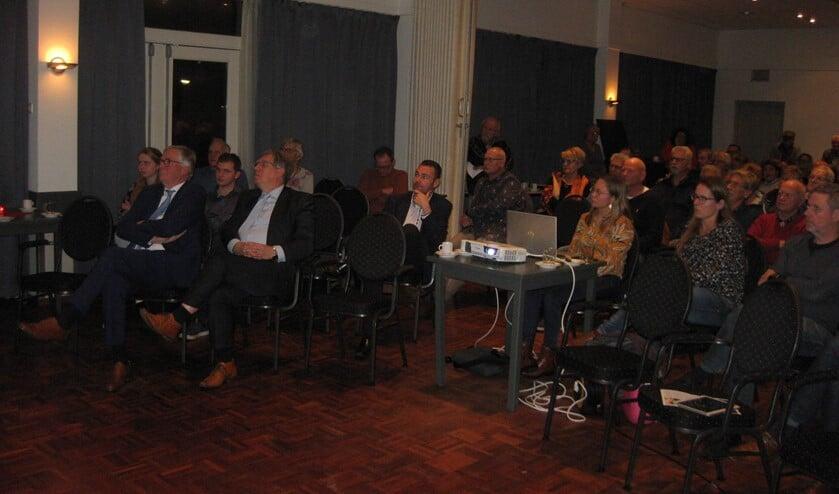 De aanwezigen volgen aandachtig de plannen voor het centrum van Zwartewaal (Foto: Rinus Boshuizen)