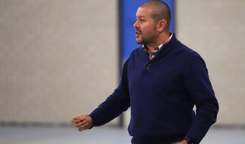 De gedreven coach Just Riet jaagt zijn spelers aan met de wil om de wedstrijd te willen winnen.