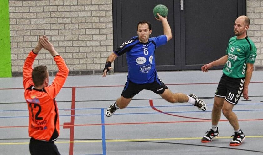 Jörn Schulte probeert de doelman van Westlandia te verschalken. De handballers verloren het duel met 26-31.