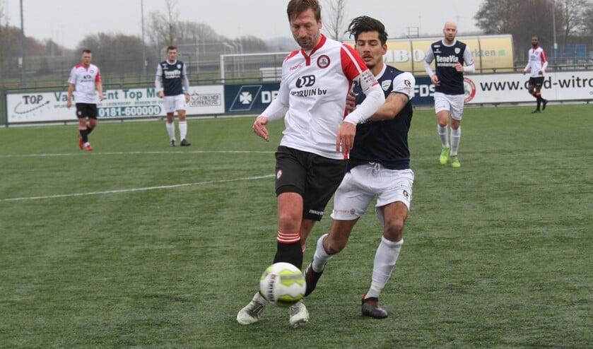 Alexander van Dommelen opende vanaf de stip de score voor Brielle in het duel met Honselersdijk. (Archieffoto: Wil van Balen).