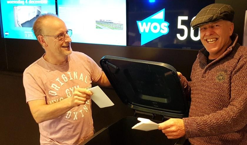 Harold van der Kruijk (r) en zanger Koos Janssen (l) brachten als eerste hun stem uit.
