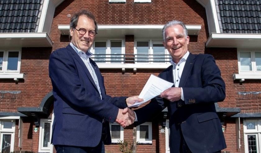 Piet van der Valk (l) en Aad Wubben (r) met het juryreglement van de Adriaan Dessing Prijs.