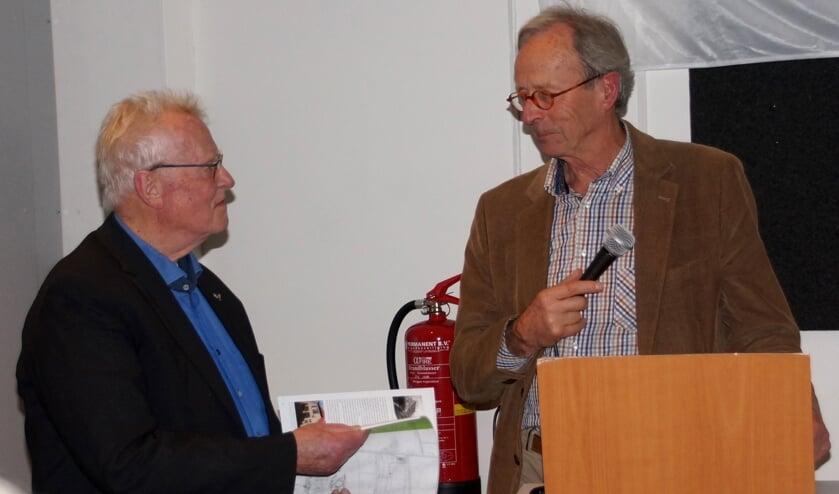 Theo Jacobs krijgt eerste exemplaar van Hein Mijs  (Foto: Maria Evers)