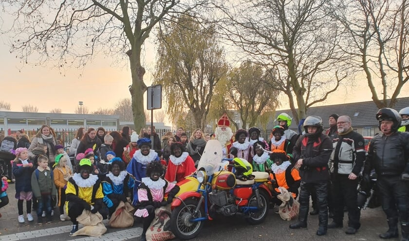 Sinterklaas zat in een mooie zijspan en een flinke club motorrijders hadden de pieten een lift gegeven naar het altijd gezellige Den Bommel.