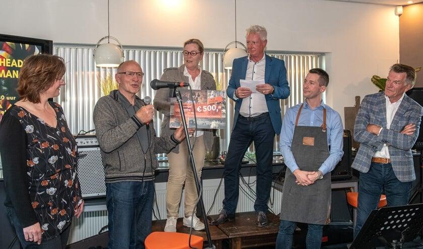 Dankwoord van Jan van Buren, de leider van de jeugdtimmerclub, voor Dinie Barendregt en Geuzenstaete. Foto Jos Uijtdehaage
