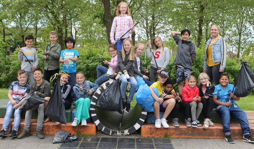 Leerlingen maken de wijk afvalvrij