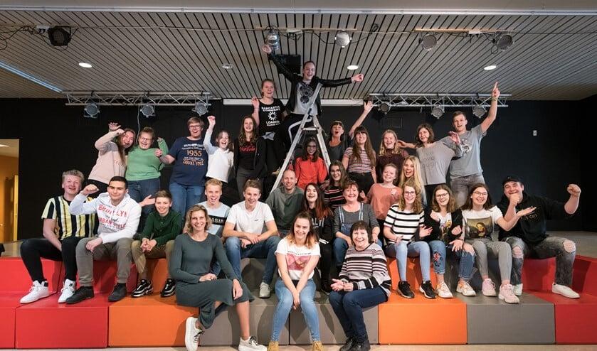 De voltallige crew van de musical Pninkeltje & Co, die door leerlingen van de RGO wordt opgevoerd.