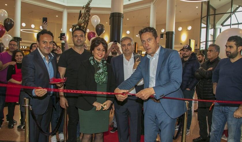Wethouder Spoon was bij de feestelijke opening van de tweede vestiging van de broers Sûkrû en Hakan