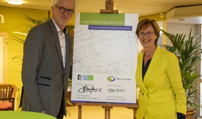 Wethouder Piet Vreugdenhil en Diny de Bresser, directeur van Pieter van Foreest, hebben een intentieovereenkomst ondertekend.