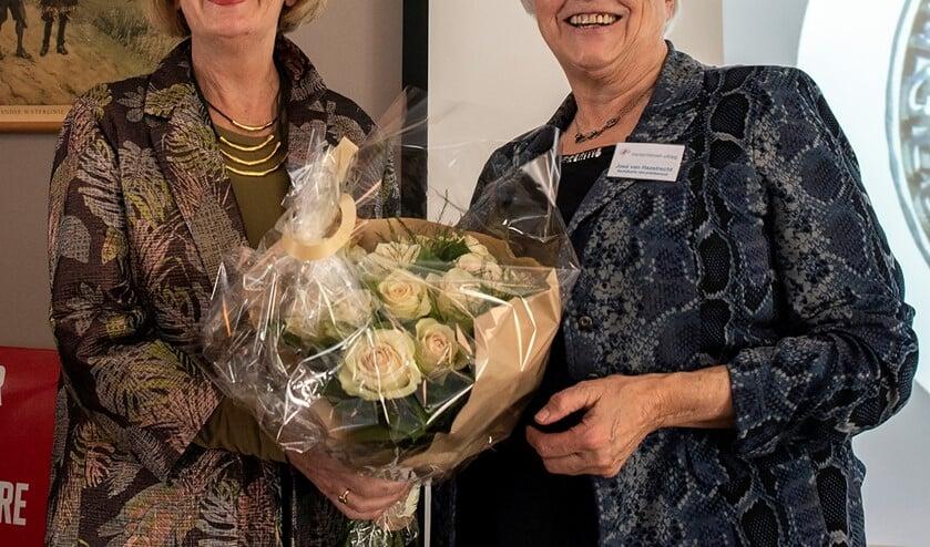 José van Haastrecht ontving de speld namens Ariana van Schaaijk uit handen van de voorzitter van het Comité van Aanbeveling, neuropsycholoog Jenny Palm. Foto: Floor Snijders
