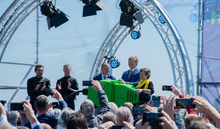 Koning Willem-Alexander mocht met een gigantische stekker de windmolens in werking stellen als openingshandeling.  Foto: Sam Fish