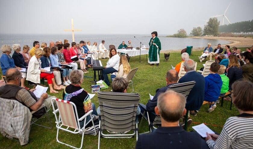 """De bijeenkomst wordt georganiseerd door de jongeren van """"De Kerk Draait Door"""" en u bent hierbij van harte uitgenodigd…. jong én oud."""