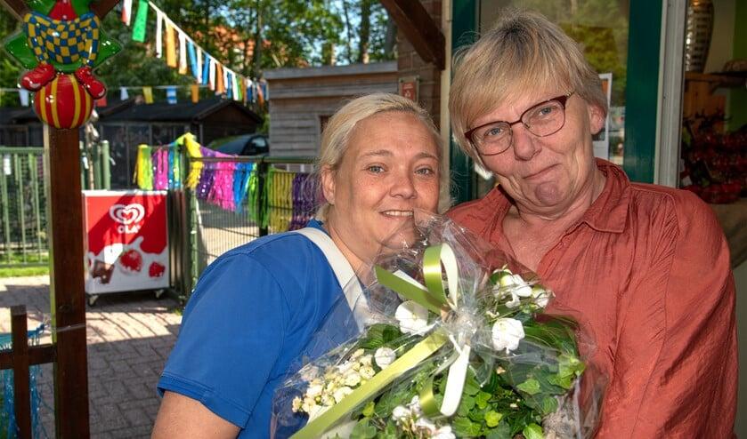 De beheerders van kinderboerderij Agathahoeve werden bloemrijk in het zonnetje gezet. (Foto: Jos Uijtdehaage).