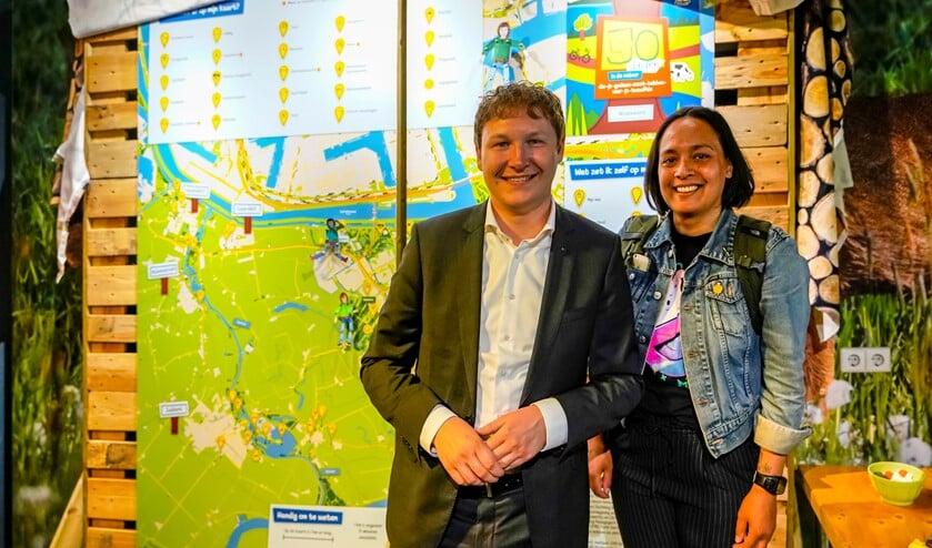 De wethouder en Siwoh Djojomarto onthulden de to-do-dingen kaart.