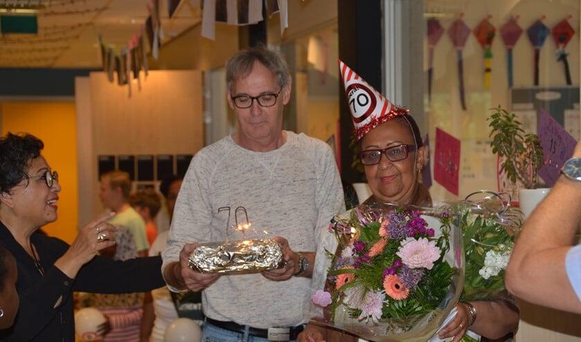 Juf Joan werd in de bloemetjes gezet vanwege haar 70e verjaardag.