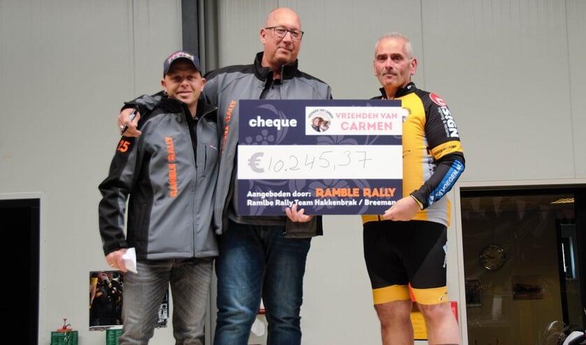 VVC kreeg voor aanvang van de wielertocht een verrassend hoog bedrag overhandigd van € 10.245,37. (Foto: Karolien Jordaan)