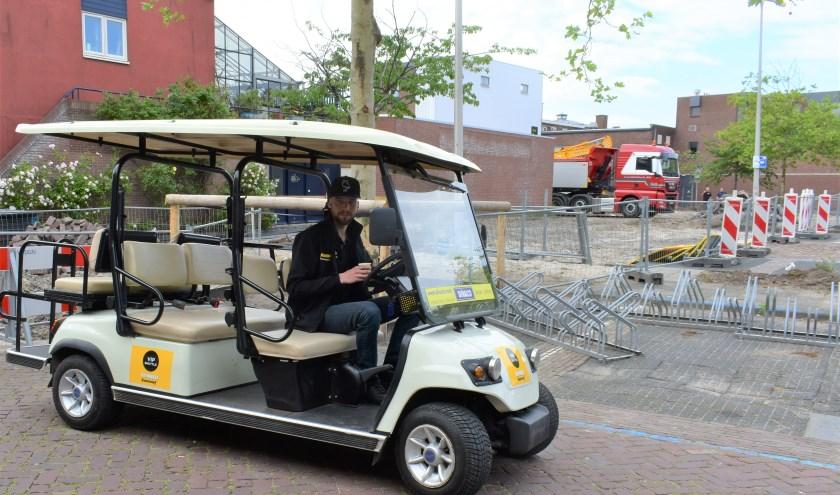 Met golfkarretjes is een shuttledienst gecreëerd om klanten van supermarkt Jumbo een lange wandeling te besparen.