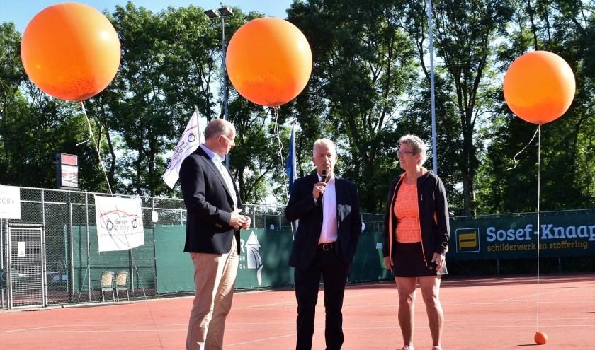 De aftrap van de 24-uurs tennismarathon bij TC Honselersdijk.