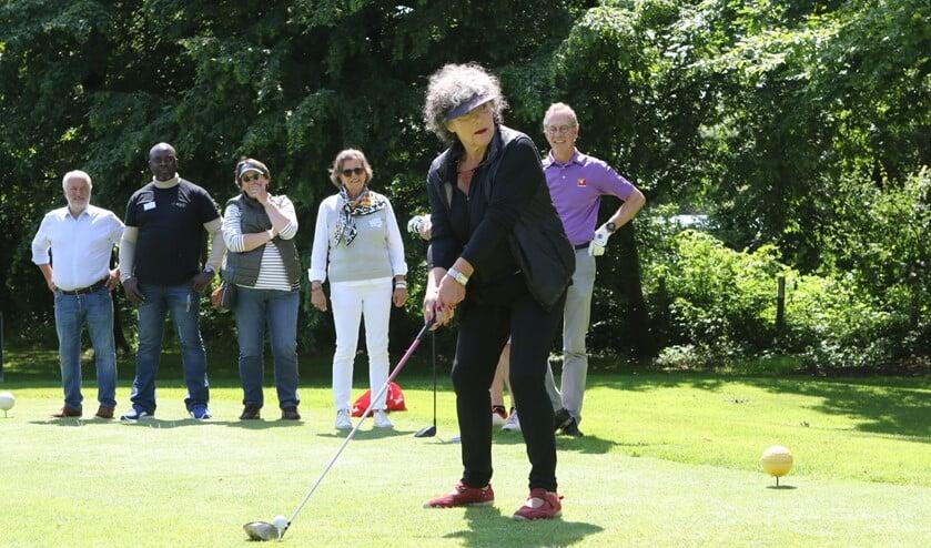Willeke van Ammelrooy was een van de vele BN-ers die vorige week vrijdag meededen aan Golf4Health op Kleiburg. (Foto: Wil van Balen).