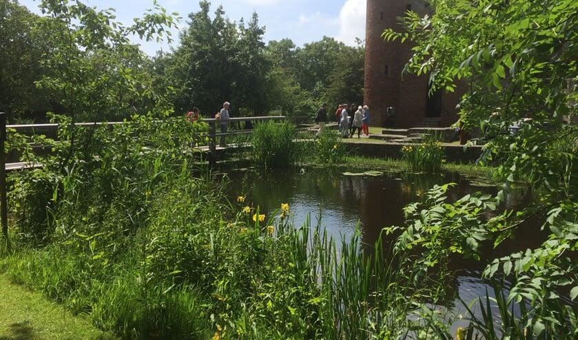 De beeldentuin wordt georganiseerd door professionele en ervaren vrijwilligers met liefde voor kunst, een oog voor schoonheid en hart voor het historische landgoed Ravesteyn.
