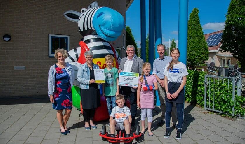 Cbs de Prins Maurits in Dirksland kreeg het derde label School op SEEF uit handen van wethouder Feller.  Foto: Sam Fish