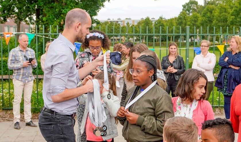 Wethouder Struijk reikte High Five stickers aan de school en medailles aan de leerlingen uit.