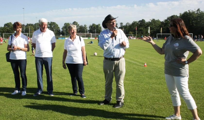 Paul van der Velden (2e van rechts) opent het 24-uurs voetbaltoernooi. Rechts voorzitter van de commissie Carolien Struijk (Foto FG).